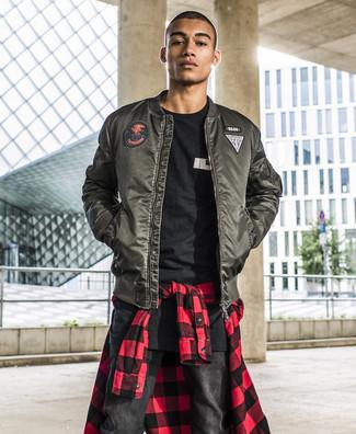 Comment porter: blouson aviateur vert foncé, chemise à manches longues en vichy rouge et noir, t-shirt à col rond imprimé noir et blanc, jean noir