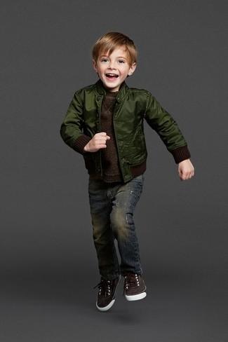 Comment porter: blouson aviateur vert foncé, pull marron foncé, jean bleu marine, baskets marron foncé