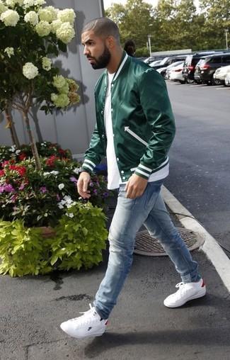 Tenue: Blouson aviateur vert foncé, T-shirt à col rond blanc, Jean bleu clair, Baskets basses en cuir blanches