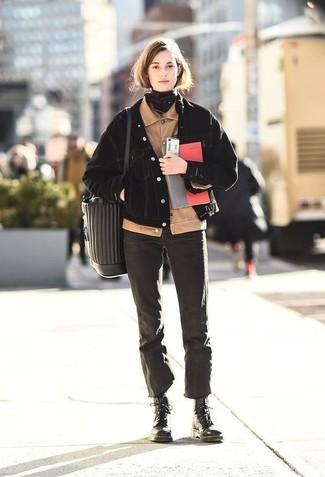 Comment porter: blouson aviateur en velours côtelé beige, veste en jean noire, jean noir, bottines plates à lacets en cuir noires