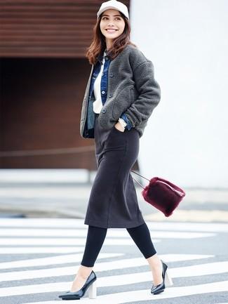 Comment porter: blouson aviateur en laine gris foncé, veste en jean bleue, pull à col rond blanc, jupe crayon en denim noire