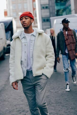 Comment porter: blouson aviateur en polaire blanc, veste en jean bleu clair, t-shirt à col rond blanc, pantalon de costume en laine gris