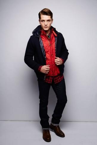 Comment porter: blouson aviateur noir, veste sans manches matelassée rouge, chemise à manches longues en vichy rouge et noir, t-shirt à col rond vert