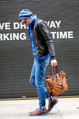Comment porter: blouson aviateur en cuir marron foncé, veste sans manches matelassée bleue, jean skinny bleu, chaussures derby en daim marron