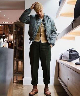 Tendances mode hommes: Essaie d'harmoniser un blouson aviateur bleu avec un pantalon chino vert foncé pour une tenue confortable aussi composée avec goût. Opte pour une paire de bottes de loisirs en cuir marron pour afficher ton expertise vestimentaire.