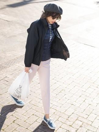 Comment porter: blouson aviateur noir, veste sans manches bleu marine, t-shirt à manche longue à rayures horizontales blanc et bleu, pantalon carotte rose
