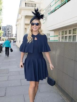 Comment porter: boléro bleu marine, robe évasée bleu marine, cartable en cuir bleu marine, chapeau orné bleu marine