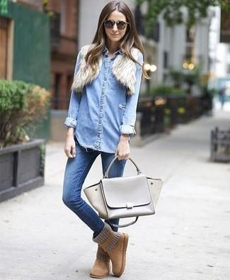 Comment porter: boléro en fourrure beige, chemise en jean bleu clair, jean skinny bleu, bottes ugg marron clair