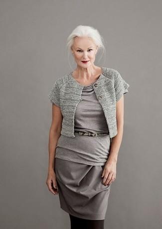 Comment porter: boléro gris, chemisier à manches courtes gris, jupe crayon grise, ceinture en cuir imprimée serpent grise