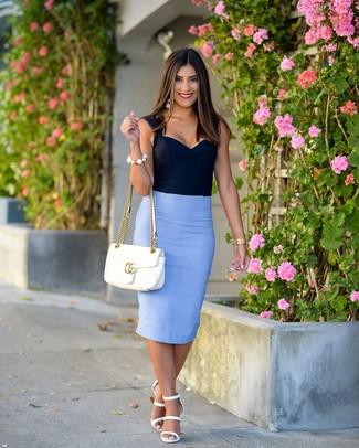 Comment porter: bustier bleu marine, jupe crayon bleu clair, sandales à talons en cuir blanches, cartable en cuir matelassé blanc