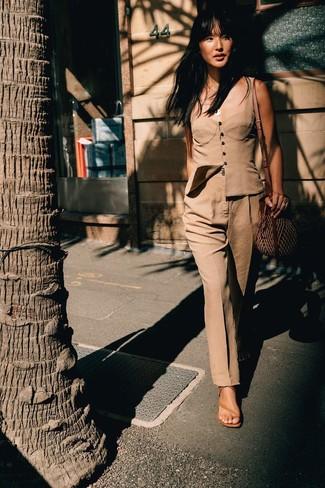 Comment porter: bustier marron clair, pantalon de costume marron clair, sandales à talons en cuir marron clair, sac bandoulière de paille marron