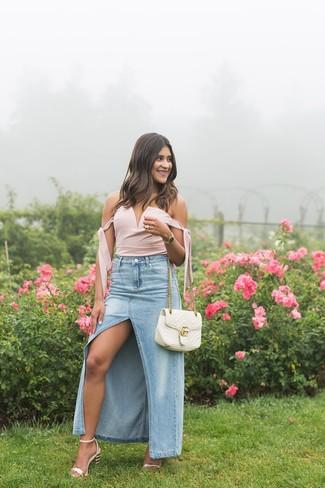 Comment porter: bustier rose, jupe longue en denim fendue bleu clair, sandales à talons en cuir roses, cartable en cuir matelassé blanc