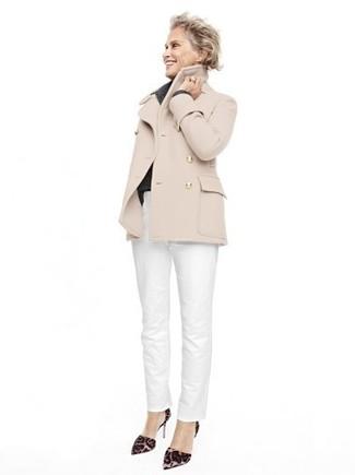 Tenue de Lauren Hutton: Caban beige, Pantalon chino blanc, Escarpins en daim imprimés léopard marron foncé