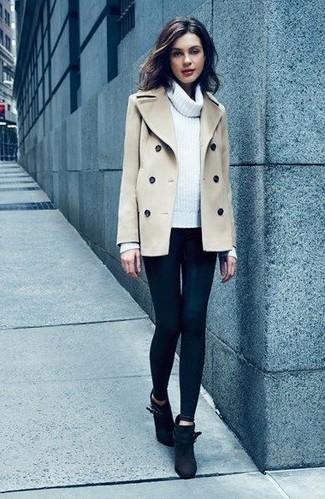 Comment porter: caban beige, pull à col boule blanc, leggings noirs, bottines en daim noires