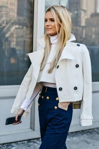 Comment porter: caban beige, pull à col roulé blanc, pantalon large bleu marine