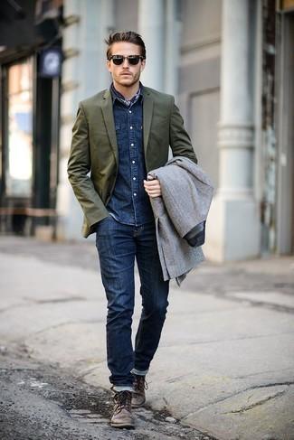 Comment porter une chemise en jean bleu marine: Pour créer une tenue idéale pour un déjeuner entre amis le week-end, choisis une chemise en jean bleu marine et un jean bleu marine. Apportez une touche d'élégance à votre tenue avec une paire de des bottes de loisirs en cuir marron.