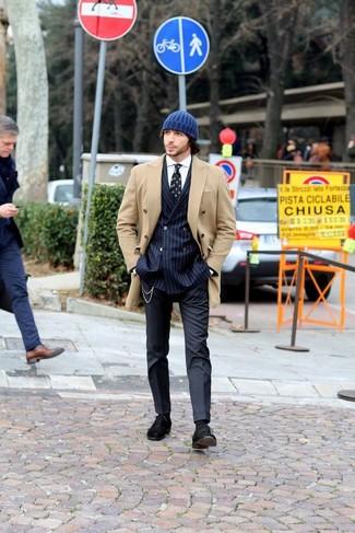 Comment porter: caban marron clair, blazer croisé à rayures verticales bleu marine, chemise de ville blanche, pantalon de costume bleu marine