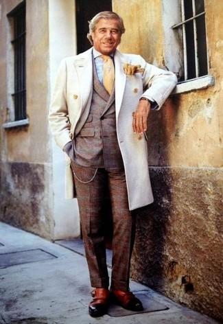 Comment porter: caban blanc, blazer croisé écossais marron foncé, chemise de ville en vichy bleu clair, pantalon de costume en laine écossais marron foncé