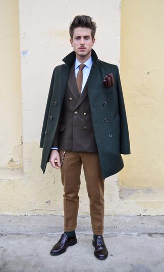 Comment porter: caban vert foncé, blazer croisé marron foncé, chemise de ville bleue, pantalon de costume en laine marron