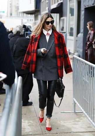 Comment porter: caban écossais rouge, blazer croisé gris foncé, chemise de ville blanche, jean skinny en cuir noir