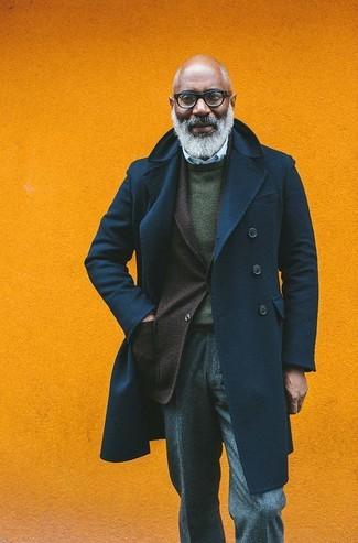 Comment porter: caban bleu marine, blazer en laine marron foncé, pull à col rond vert foncé, chemise de ville à rayures verticales bleu clair