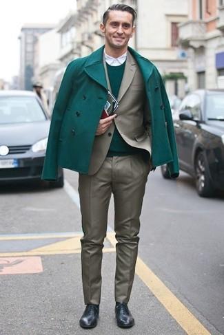 L'association d'un pull à col rond vert et d'un pantalon de costume gris peut te démarquer de la foule. Une paire de des chaussures richelieu en cuir noires ajoutera de l'élégance à un look simple.