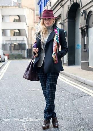 Comment porter: caban bleu marine, blazer écossais gris, pull à col roulé gris, pantalon de costume à carreaux bleu marine
