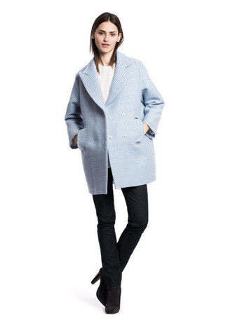 Comment porter: caban bleu clair, pull à col rond blanc, jean noir, bottines en daim noires