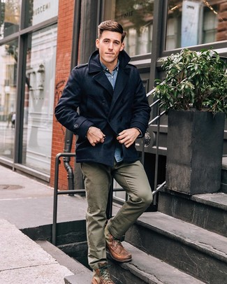 Comment porter: caban bleu marine, chemise en jean bleue, pantalon chino olive, bottes de loisirs en cuir marron