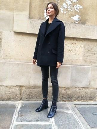Comment porter: caban bleu marine, pull à col rond noir, jean skinny noir, bottines en cuir noires