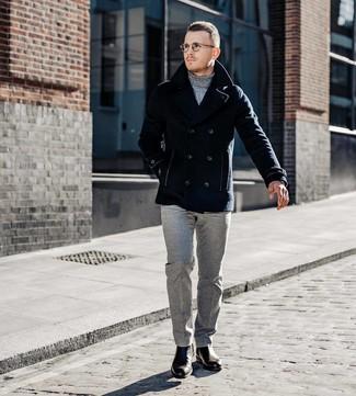 Comment porter: caban bleu marine, pull à col roulé gris, pantalon de costume en laine gris, bottines chelsea en cuir marron foncé