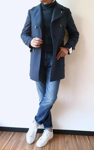 Comment porter: caban bleu marine, pull à col roulé en tricot noir, jean bleu, baskets basses en cuir blanches