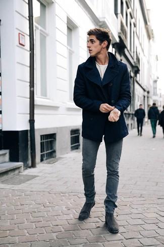 Comment porter: caban bleu marine, t-shirt à manche longue imprimé blanc, jean skinny bleu marine, bottines chelsea en daim noires