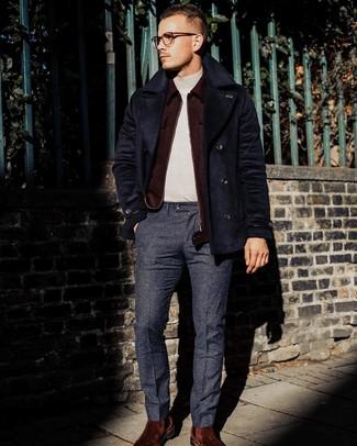 Comment porter: caban bleu marine, blouson aviateur en laine bordeaux, pull à col roulé beige, pantalon de costume en laine bleu marine