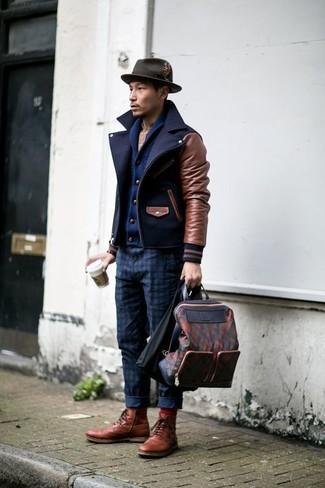 Comment porter: caban bleu marine, cardigan à col châle bleu marine, chemise à manches longues écossaise beige, pantalon chino à carreaux bleu marine