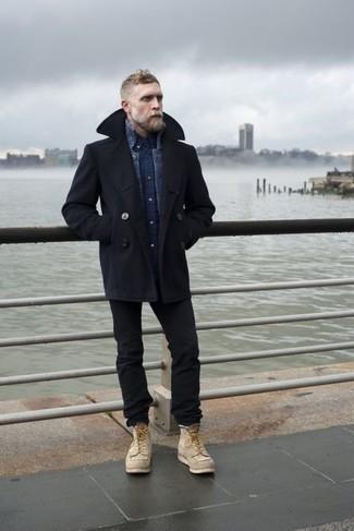 Comment s'habiller après 40 ans: Opte pour un caban noir avec un jean noir pour un look idéal au travail. Une paire de bottes de loisirs en daim beiges est une option parfait pour complèter cette tenue.