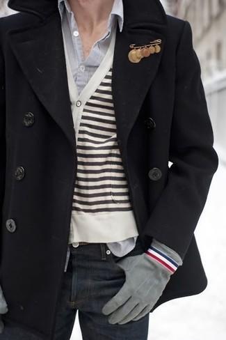 Comment porter: caban noir, cardigan à rayures horizontales blanc et noir, chemise à manches longues grise, jean bleu marine