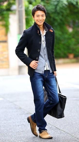 Comment porter un jean bleu: Harmonise un caban bleu marine avec un jean bleu pour créer un look chic et décontracté. Une paire de des bottines chukka en daim marron clair est une option parfait pour complèter cette tenue.