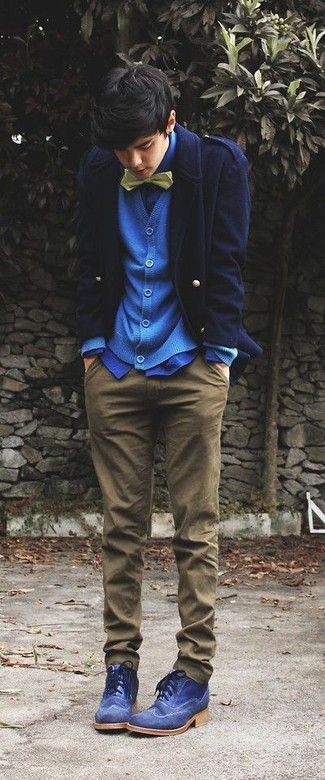 Comment porter: caban bleu marine, cardigan bleu, chemise de ville bleue, pantalon chino marron
