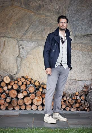 Comment porter: caban bleu marine, cardigan gris, polo à rayures horizontales blanc et noir, pantalon chino gris