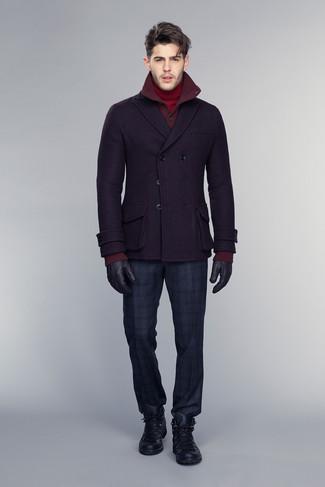 Comment porter: caban pourpre foncé, cardigan bordeaux, pull à col roulé rouge, pantalon de costume écossais bleu marine