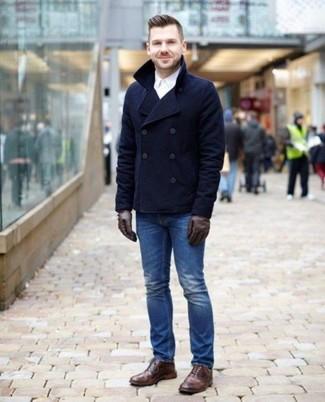 Comment porter des gants en cuir marron foncé: Essaie d'associer un caban bleu marine avec des gants en cuir marron foncé pour un look confortable et décontracté. Fais d'une paire de des bottes brogue en cuir marron ton choix de souliers pour afficher ton expertise vestimentaire.