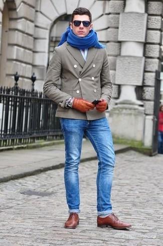 Comment porter: caban gris, chemise à manches longues bleu clair, jean bleu, chaussures richelieu en cuir marron