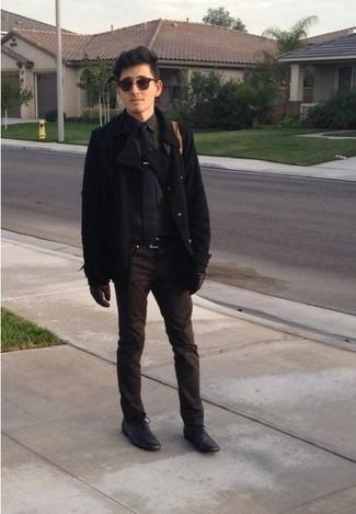 Comment porter: caban noir, chemise à manches longues grise, pantalon chino marron, chaussures richelieu en cuir noires