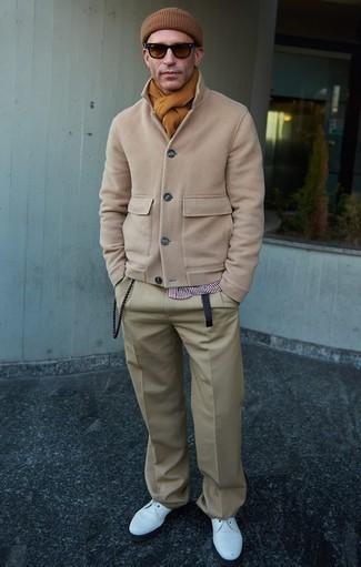 Comment porter une écharpe marron clair: Pense à opter pour un caban beige et une écharpe marron clair pour une tenue relax mais stylée. Transforme-toi en bête de mode et fais d'une paire de des chaussures derby en cuir blanches ton choix de souliers.