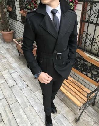 Comment porter: caban noir, chemise de ville blanche, pantalon chino noir, bottines chelsea en daim noires