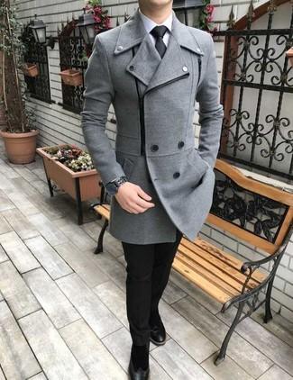 Comment porter: caban gris, chemise de ville blanche, pantalon de costume noir, bottines chelsea en daim noires