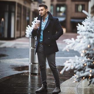 Comment porter: caban bleu marine, chemise en jean bleu clair, jean skinny gris foncé, bottines chelsea en daim grises