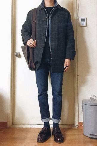 Comment porter des mocassins à pampilles en cuir bordeaux: Essaie de marier un caban à carreaux noir avec un jean bleu marine pour aller au bureau. Complète cet ensemble avec une paire de des mocassins à pampilles en cuir bordeaux pour afficher ton expertise vestimentaire.