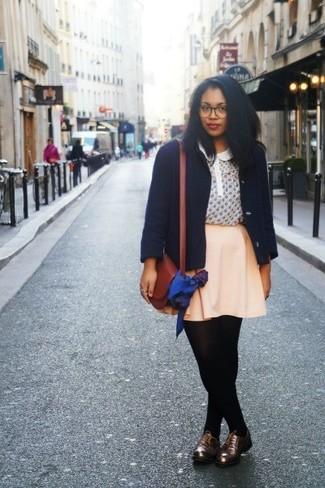 Comment porter: caban bleu marine, chemisier à manches courtes imprimé beige, jupe patineuse beige, chaussures richelieu en cuir marron foncé